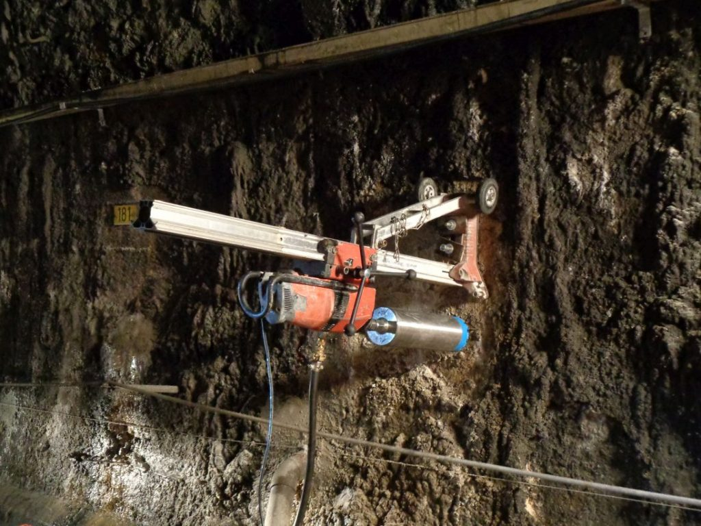 Pré-forage de la voûte du tunnel